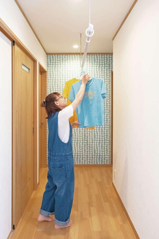 興友ハウス【二世帯住宅、趣味、間取り】室内干しも可能なスペース。空間にアクセントをつけた正面の壁は、奥さまのお気に入りポイント