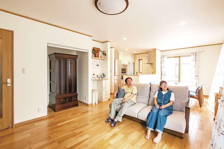 興友ハウス【二世帯住宅、趣味、間取り】深くて大きめのゆったりソファを配置しても広々した開放的なリビング