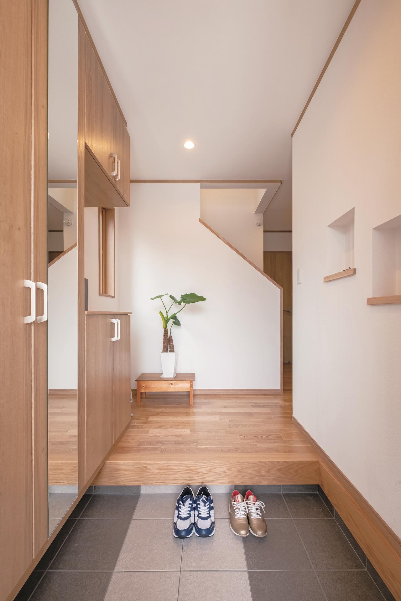 興友ハウス【二世帯住宅、趣味、間取り】広く明るい玄関。左側はシューズクローゼットになっており、十分な収納力がある