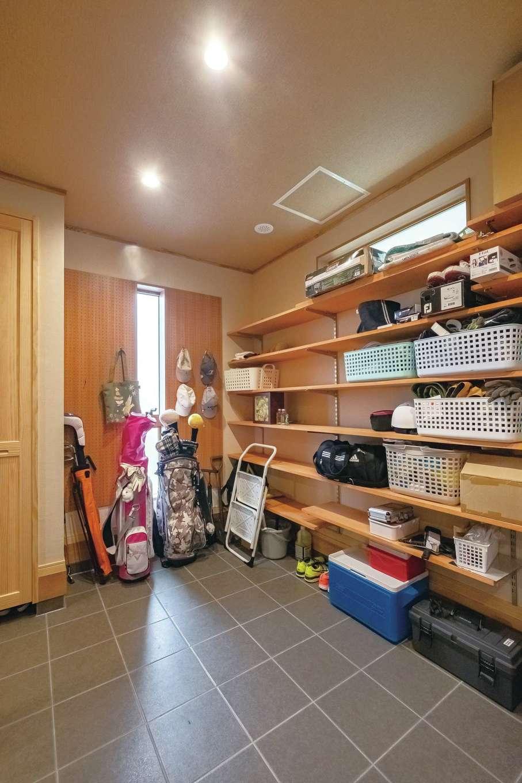 工藤建設【デザイン住宅、和風、間取り】玄関奥の土間の収納スペース。約6畳の広さがあり収納力バツグン
