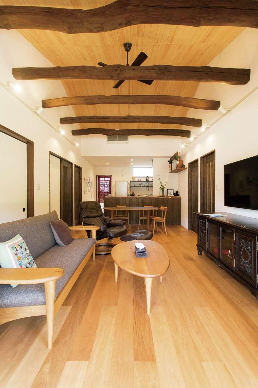天井が高く、開放感抜群のLDKには床暖房が。納屋の太い梁も再利用