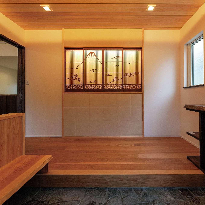 旧宅の書院造の建具を玄関に。組子細工で描かれた富士山が空間に表情を添える