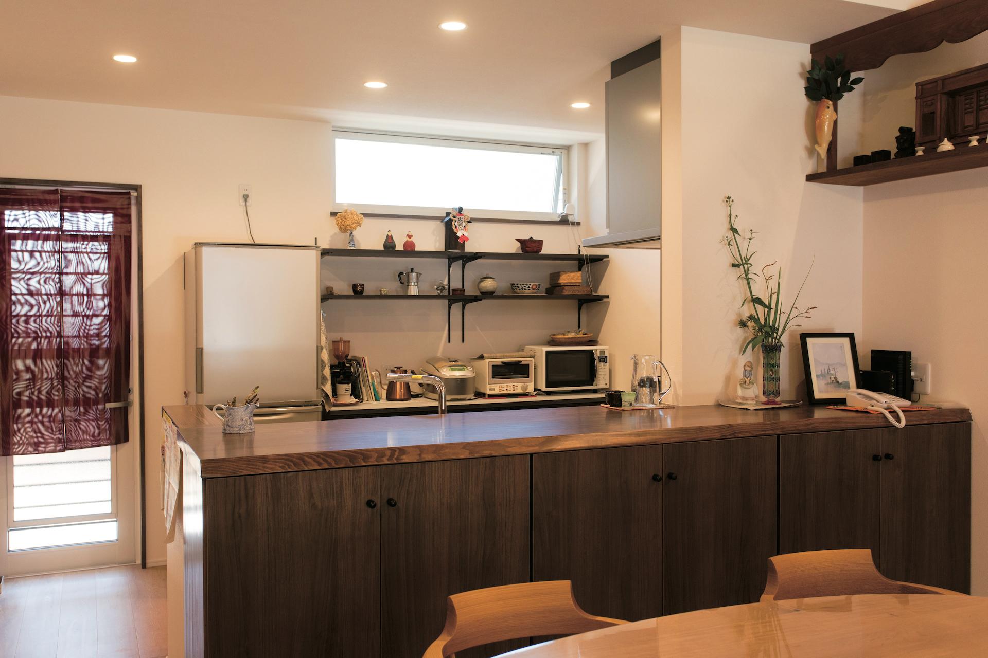落ち着いた色味で統一されたキッチン。広いカウンターで配膳も楽々