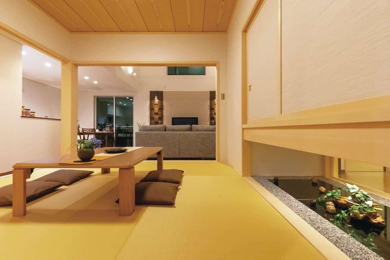 家の中心にしつらえた小上がりの和室。間仕切りもできて、ゲストの寝室にもなる。地窓から玄関の光を採りこむ