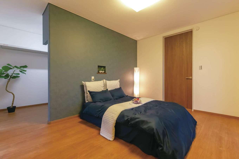 ホテルライクな主寝室。大容量のウォークインクローゼットを完備