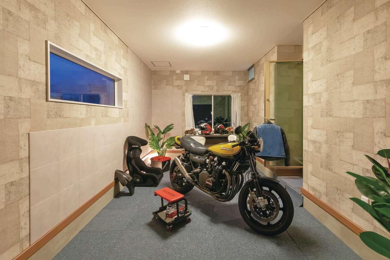 ご主人の夢を叶えた10畳のインナーバイクガレージ。窓の配置を考え、調湿効果の高いエコカラットを大量に張ったことで湿気からバイクと古着を守る