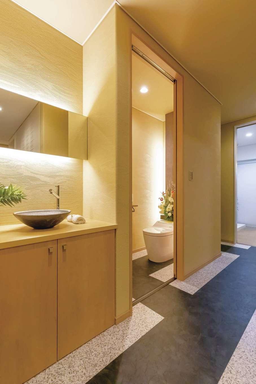 ゲストがリビングを通らずに利用できる洗面コーナーとトイレ