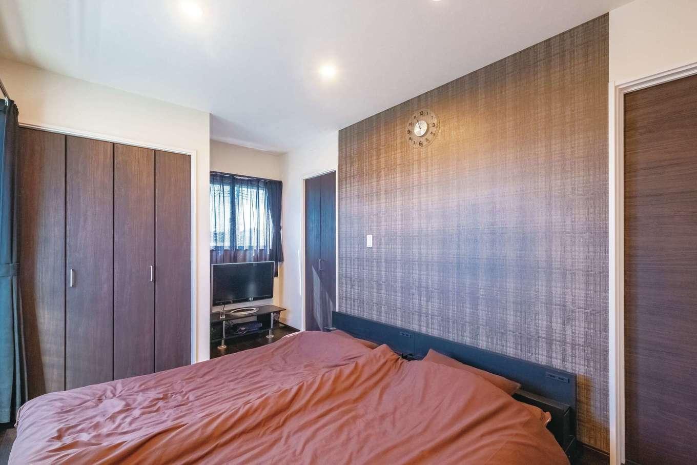 ダークブラン系の落ち着いた色でコーディネートした主寝室。大容量のウォークインクローゼットも完備