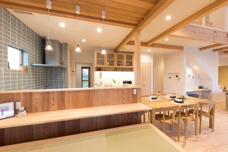 福工房【三島市松本27-1・モデルハウス】タイル使いがおしゃれなキッチン。食事はカウンターでもテーブルでも楽しむことができる配置になっている。小上がりはこの展示場人気のアイテムの一つ