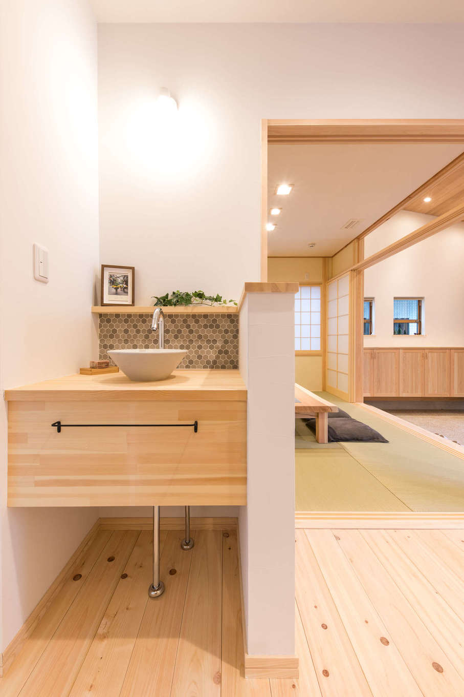 福工房【三島市松本27-1・モデルハウス】洗面台をはじめとする造作家具を取り入れられるのも『福工房』の強み。展示場では、客間の近くにかわいらしい洗面台が配置されている。実際のシーンを想像することができる間取りもこのモデルハウスの大きな特徴