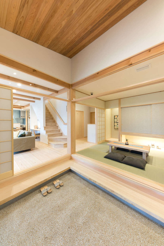 福工房【三島市松本27-1・モデルハウス】広い土間は福工房の特徴。和室・リビングとつながる間取りは、引き戸を開け閉めすることで、いろんなシーンに対応できる