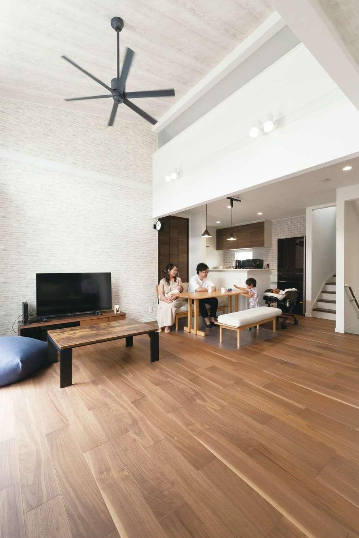 アイワホームサービス【デザイン住宅、収納力、間取り】ロフトと繋がるLDKは、高い天井に気持ちものびやか。外部の視線がカットでき、採光もたっぷり