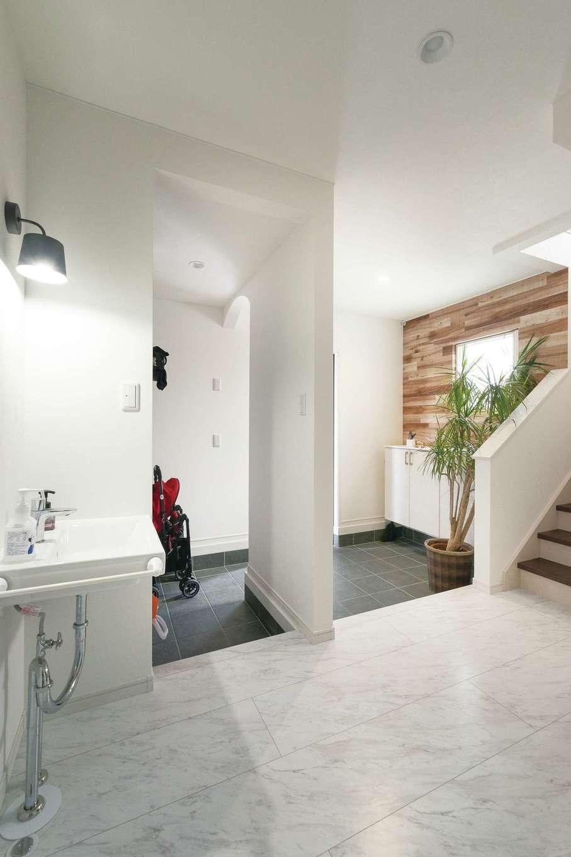 アイワホームサービス【デザイン住宅、収納力、間取り】広い土間にベビーカーも収納。帰宅後すぐに手洗いできるのが便利