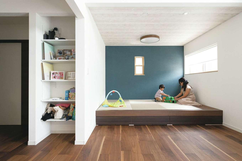 小上がりの畳コーナーは子どもの遊び場に。床下収納、棚が重宝している