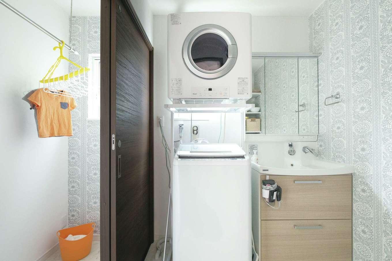 脱衣室と洗面室を分け、室内物干しも目隠しできる。クロスもお気に入り
