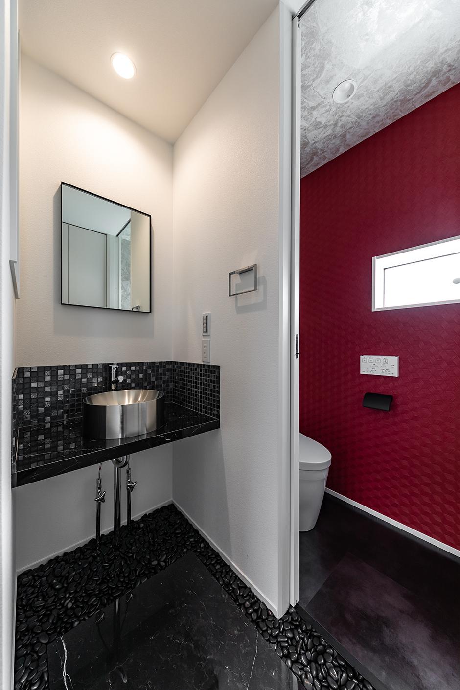 大石さんからの提案で、洗面コーナには黒い砂利石を敷いた。トイレにはアクセントクロスを