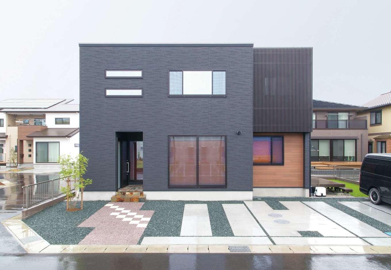 TDホーム静岡西 ウエストンホームズ【デザイン住宅、和風、自然素材】スタイリッシュな外観はバルコニー部の格子がアクセント。窓の形状や仕様も見え方を意識して選択