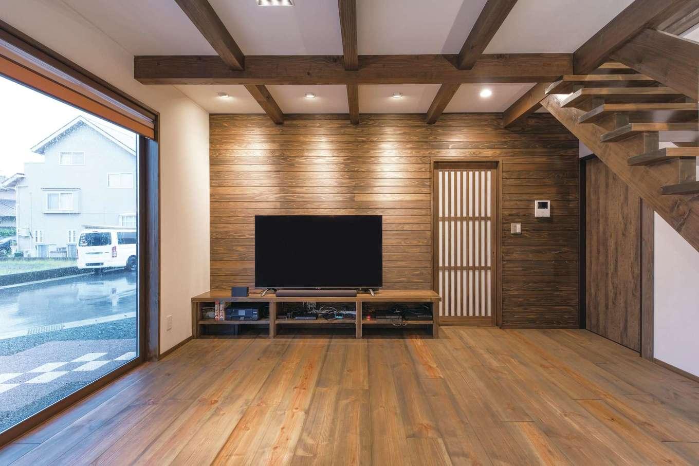 TDホーム静岡西 ウエストンホームズ【デザイン住宅、和風、自然素材】梁を現しにしたLDKは実際の広さ以上の開放感。テレビ背面にも無垢が張られ、くつろぎが演出される