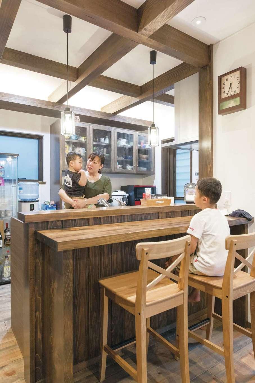 TDホーム静岡西 ウエストンホームズ【デザイン住宅、和風、自然素材】キッチンは背の高い奥さまの身長にあわせてもらった。ヒノキの1枚板のカウンターはパパの晩酌や子どもたちの宿題に。キッチンボードも雰囲気にあわせて造作