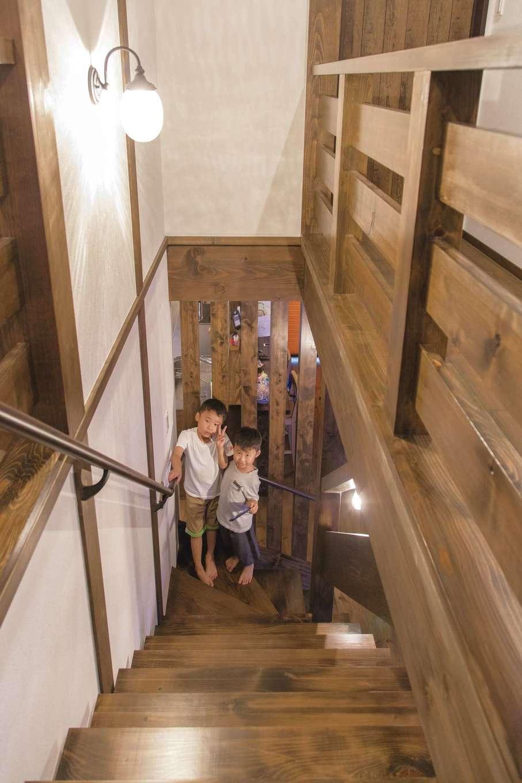 TDホーム静岡西 ウエストンホームズ【デザイン住宅、和風、自然素材】出発や帰宅の顔が見えるよう、階段はリビングインに。階段や手すりも統一感ある仕上がりがうれしい