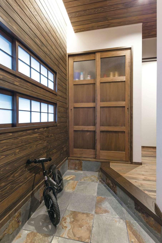 TDホーム静岡西 ウエストンホームズ【デザイン住宅、和風、自然素材】玄関はモデルハウスを参考に、1枚1枚表情の異なる錆び石を採用。窓の間隔や上がり框の角度も吟味