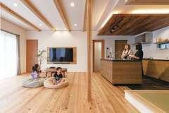 家族が集う大空間リビングに、杉の香りが満ちる家