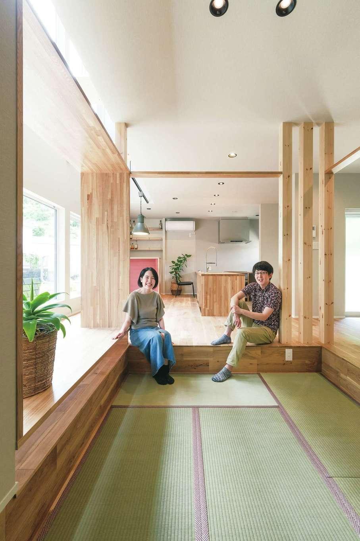 R+house静岡葵・静岡駿河(住宅工房コイズミ)【デザイン住宅、間取り、建築家】畳は夫婦共通の希望。一段下げて空間と目線に変化を付けている。奥のバーコーナーの壁はご主人の好きな赤をアクセントに
