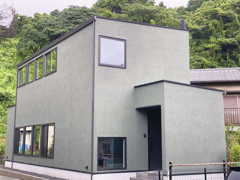 R+house静岡葵・静岡駿河(住宅工房コイズミ)【デザイン住宅、間取り、建築家】外壁は土壁をイメージする塗り壁仕上げ。ムダのないフォルムにはわびさびに通じる和の心が込められている