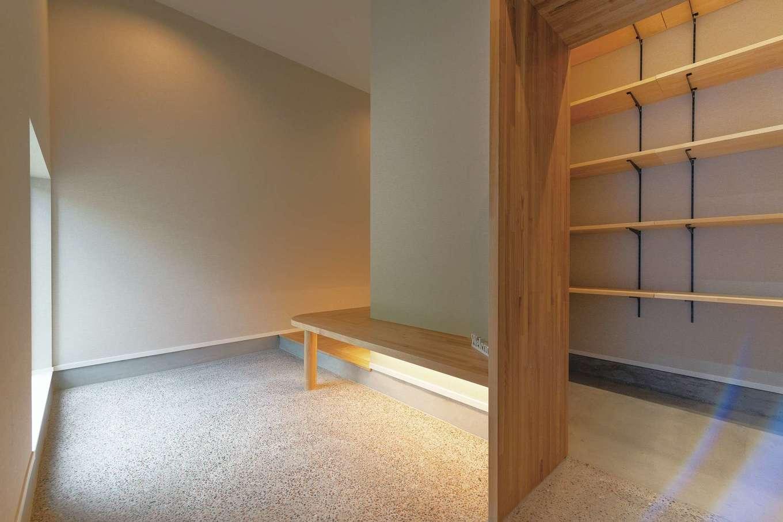 玄関を入る動線はふたつ。右手の茶室のにじり口を思わせる開口部は家族のための日常動線