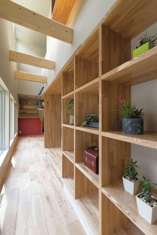 廊下の壁に設けた本棚は奥さまの希望で。さながら日当たりのいいライブラリー。蔵書が並ぶのが楽しみ