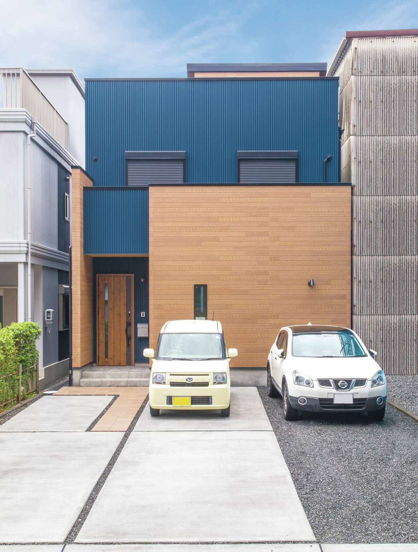 三和建設【デザイン住宅、収納力、間取り】外観は車で周辺を回り、いろいろな家を参考に考えたそう。ネイビー×木目調のモダンな色合わせが目を引く