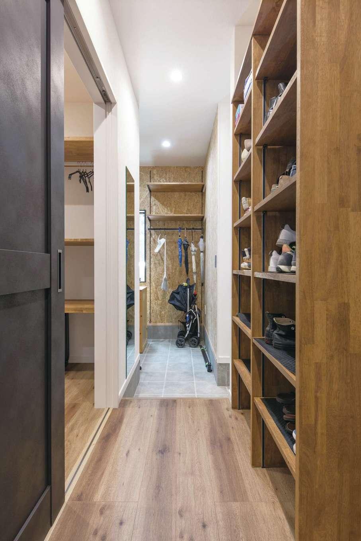 三和建設【デザイン住宅、収納力、間取り】右側はウォークスルータイプのシューズクローゼット。突き当たりの土間収納はOSB合板の壁で後から棚をつけることもできる