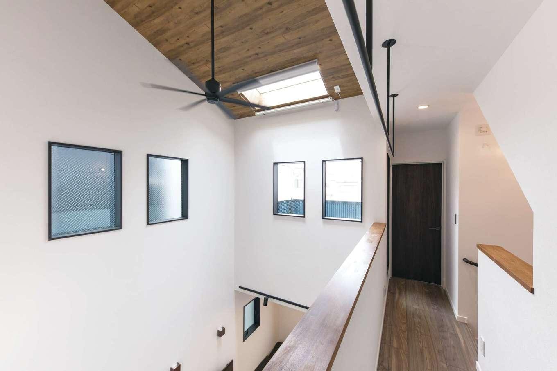 三和建設【デザイン住宅、収納力、間取り】南側に家があり1階の採光は難しい立地だが、吹き抜けの窓と天窓があることで、十分な光を取り入れられる