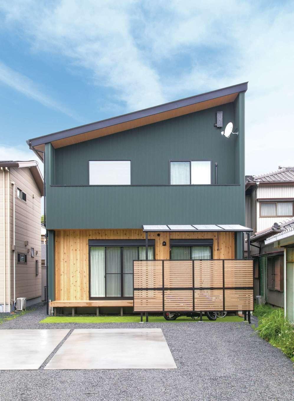 小玉建設【和風、自然素材、ガレージ】片流れ屋根のシャープなスタイルに深緑の外壁がよく似合う