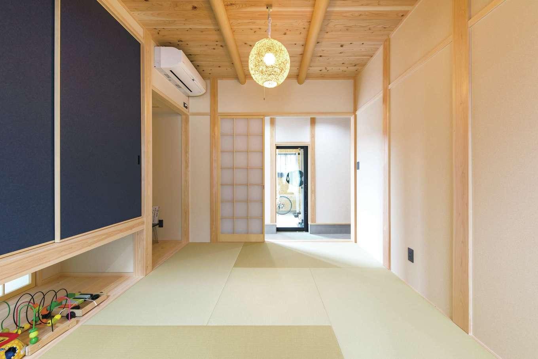 小玉建設【和風、自然素材、ガレージ】土間から直接上がれる和室。普段はリビングと和室をつなげて使い、来客時には引き戸を閉めて仕切れる