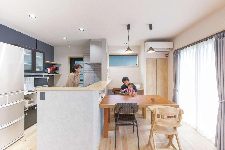 小玉建設【和風、自然素材、ガレージ】キッチンは濃淡のグレーで統一感を。机の高さに合わせてカウンターにニッチを造作