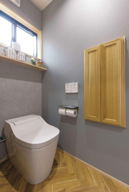 小玉建設【和風、自然素材、ガレージ】木の造作棚が可愛らしいトイレ