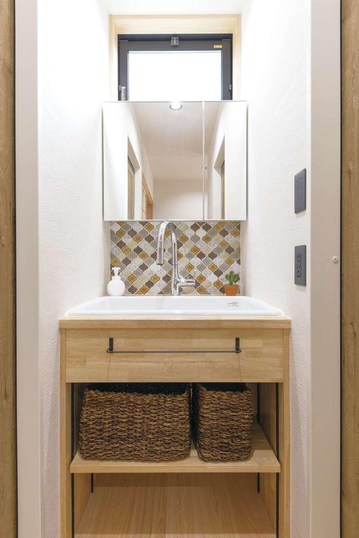 小玉建設【和風、自然素材、ガレージ】洗面台はモザイクタイルで仕上げた