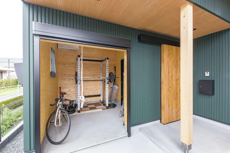 小玉建設【和風、自然素材、ガレージ】玄関横にバイク・自転車用のガレージを。ご主人のトレーニングルームも兼ねている