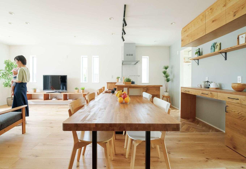 KureKen 榑林建設【デザイン住宅、自然素材、省エネ】「雰囲気の合わない家具や既製のキッチン収納は置きたくなかったんです」と奥さま。無垢ナラの床と造作仕立ての家具により、イメージ以上の空間に