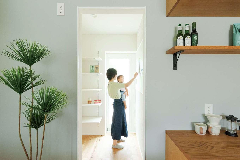 KureKen 榑林建設【デザイン住宅、自然素材、省エネ】パントリーは収納量も機能性も大満足。しばらく残しておきたい書類やおたよりを貼っておけるようマグネットボードを依頼