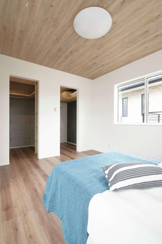 KureKen 榑林建設【デザイン住宅、自然素材、省エネ】寝室はやや濃い色合いで落ち着きを演出。夫婦それぞれのクローゼットを用意した