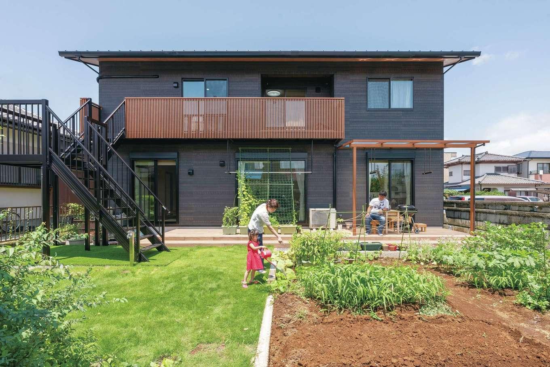 静鉄ホームズ【子育て、和風、趣味】リビングからデッキ、庭と、家の中と外が融合するN邸。2階から庭に直接出られる外階段も付けた