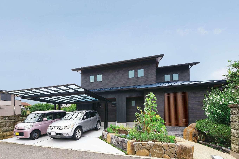静鉄ホームズ【子育て、和風、趣味】黒っぽい木目調の外壁にブルーの屋根を組み合わせたクールな外観