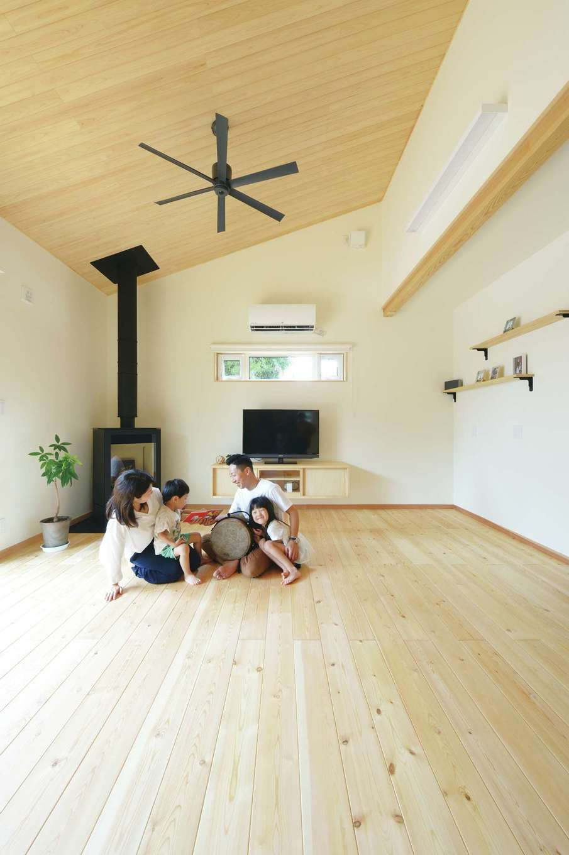 ワイズホーム【自然素材、省エネ、間取り】リビングの床は赤松の無垢材。床暖房も完備で冬でも靴下なしで過ごせ快適