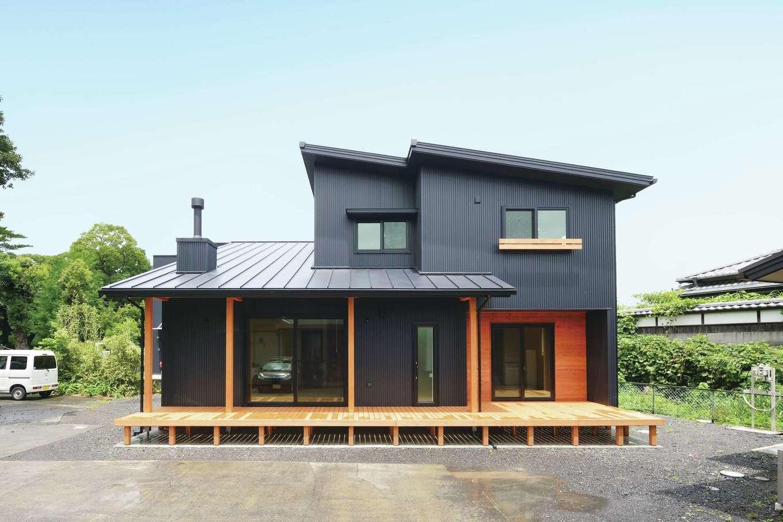 ワイズホーム【自然素材、省エネ、間取り】アウトドア好きの家族のために、家の幅いっぱいのウッドデッキを提案。深い軒が夏の日差しをカットする