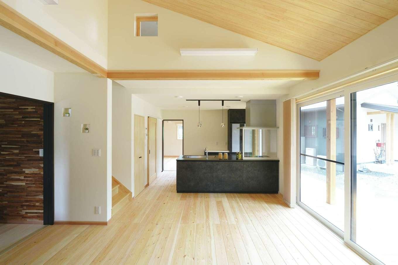 ワイズホーム【自然素材、省エネ、間取り】リビングと2階ホールをつなぐ小窓で、人の気配を伝えたり、空気を循環させる