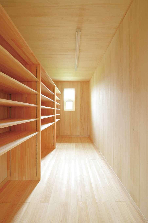 ワイズホーム【自然素材、省エネ、間取り】2階の収納スペース。無垢材を用いているので湿気から衣類や荷物を守ってくれる