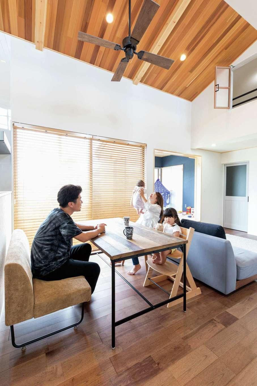 KOUBOU STYLE 建築工房相良【収納力、自然素材、間取り】勾配天井の吹抜けがおおらかさと開放感をもたらすLDK。レッドシダーの板張り天井や2階の小部屋の室内窓で、広い空間に個性ゆたかな表情をプラス