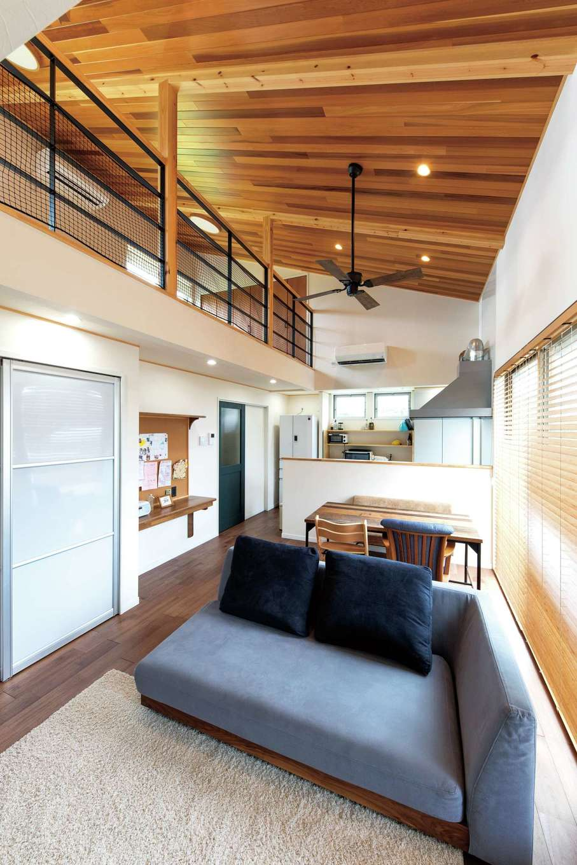 KOUBOU STYLE 建築工房相良【収納力、自然素材、間取り】2階のロフトと一体化したLDK。リビングの半透明の扉の奥は収納スペース